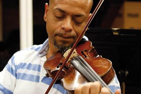 Igmar además de ser violinista en la Orquesta, compone música producto de mestizaje de diversas procedencias. Un verdadero ejemplo de la diversidad que mejora la visión del mundo, 'que se acaben todas las tonterías que tienen alguna gente y que nos arrastran a montones de dificultades que son absurdas'.